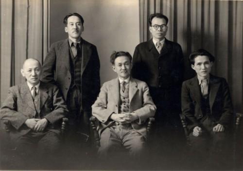 1949年 民藝運動の創始者・柳宗悦(前列中央)と、日本民藝協会長野県支部の役員